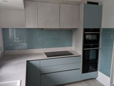 Kitchen Tops, Glass Kitchen, Kitchen Reno, Kitchen Backsplash, Kitchen Design, Kitchen Cabinets, Glass Wall Art, Glass Splashbacks, Interior Design