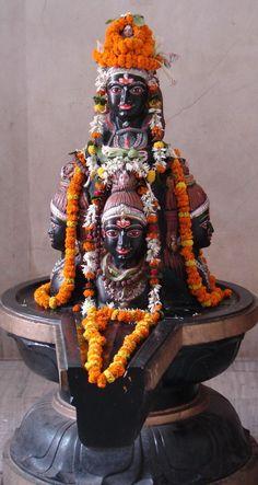 hinducosmos:  Lingam de Shiva dans le Yoni de Pārvatī (via MITAN)