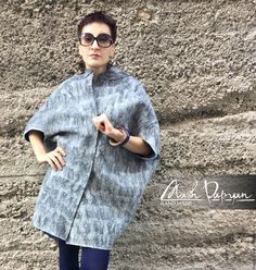 Купить или заказать Валяное пальто оверсайз 'Стиль' в интернет-магазине на Ярмарке Мастеров. Двухстороннее валяное пальто оверсайз. Сваляно из высококачественно австралийской шерсти меринос 18 мк . Одна сторона темно-синего цвета другая - серо-черная. Очень стильное и практичное, абсолютный хит сезона. Очень подходит миниатюрным девушкам и женщинам. Женщины мелой комплекции в нем смотратся более хрупкими и изящными. Легко комбинируются с одеждой, от джинсов с кедами до длинного вечернего…