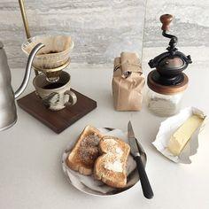 food, coffee, and breakfast afbeelding Croissants, Coffee Break, Coffee Time, Second Breakfast, Breakfast Club, Tasty, Yummy Food, Fresh Coffee, Aesthetic Food