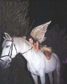 Kendall jenner shines in gold and poses as a forest fairy on a white horse for Halloween Daily onlin Gloss Kylie Jenner, Kylie Gloss, Kendalll Jenner, Kylie Minogue, Instagram Baddie, Instagram Outfits, Photo Instagram, Boujee Aesthetic, Bad Girl Aesthetic