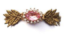 ROSEÉ Pulsera de encaje teñida en oro en forma de espiga con broche chapado en oro de 24k y cristal checo rosa. #sorteo #spring #jewelry