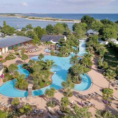 Camping Bretagne avec piscine, parc aquatique, espace aquatique couvert Finistère Sud Planet Coaster, Planets, Golf Courses, Villa, Brittany, Covered Pool, Swim, Park, Places