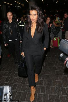 Kim Kardashian covers up her derriere but bares cleavage at airport Serial skin flasher: Kim Kardashian showed off some cleavage as she flew out of Los Angeles, California, on Friday night Kim K Style, Casual Chic Style, Her Style, Looks Kim Kardashian, Kardashian Style, Kardashian Kollection, Kim Kardashian Interview, Kim Kardashian Black Dress, Kim Kardashian Sunglasses