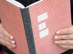 DIY Anleitung: Buchhülle aus Stoff // diy: how to craft a fabric book cover via… Filofax, Diy Paper, Paper Crafts, Organization Bullet Journal, Personalized Notebook, Diy Notebook, Blank Book, Shaped Cards, Diy Presents
