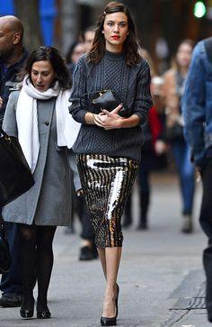 On aime quand Alexa Chung troque ses jupes preppy contre une jupe midi