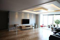 모던함과 따뜻함이 공존하는 아파트: 1204디자인의 translation missing: kr.style.거실.modern 거실 Floor Colors, Wood Tools, Ceiling Design, Luxury Living, Interior Architecture, House Plans, House Design, Flooring, Living Room