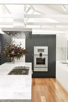 Black and white kitchen with stunning Gaggenau appliances Dark Counters, Contemporary Kitchen Design, Neat And Tidy, Kitchen Cupboards, Kitchen Styling, Counter Stools, Decorating Tips, Appliances, Beautiful