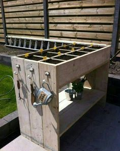I like the way the end upright panels make i… Pallet / Recycled wood herb garden. I like the way the end upright panels make it look like its made up of 3 sections ; Outdoor Projects, Garden Projects, Diy Projects, Potager Palettes, Culture D'herbes, Craft Tables With Storage, Table Storage, Recycled Wood, Planter Boxes