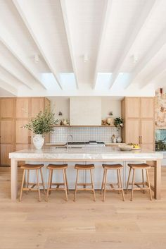 Simple range hood with the same treatment as the wall and shelf to delineate the space well. Kitchen Room Design, Home Decor Kitchen, Interior Design Kitchen, Home Design, Diy Kitchen, Home Kitchens, Kitchen Dining, Design Ideas, Kitchen Modern