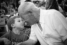Los abuelos han adquirido una gran importancia en la familia actual. Trasmiten valores, experiencias, recuerdos, son confidentes y entregan un gran amor a sus nietos.