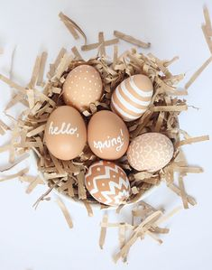 15 Unique Easter Egg Designs That Prove You Should Ditch the Boring Dye Kit Natural Easter Eggs Easter Brunch, Easter Party, Hoppy Easter, Easter Eggs, Easter Table Settings, Egg Decorating, Deco Table, Easter Crafts, Easter Decor
