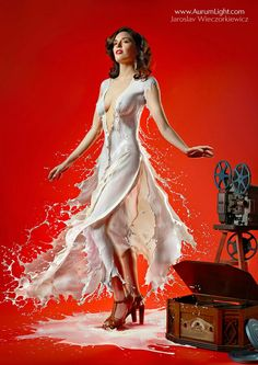 Creative and unusual photos show pin-up girls wearing dresses made of milk. London-based photographer Jaroslav Wieczorkiewicz used high speed photography to capture the drink being poured over models. Pin Up Models, Estilo Pin Up, Pin Up Fotos, Pin Up Girls, Photoshop, Milk Art, High Speed Photography, Milk Photography, Portrait Photography