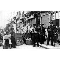 GUARDIAS DE ASALTO PROTEGIENDO EL REPARTO DEL PAN QUE LLEGÓ DESDE MURCIA.1936-1939: Descarga y compra fotografías históricas en | abcfoto.abc.es