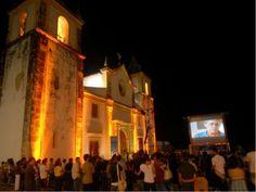 Festival MIMO de Cinema 2013 exibe produções  nacionais e estrangeiras entre os dias 05 e 08,  em telões ao ar livre em pátios, mercados e igrejas da cidade.