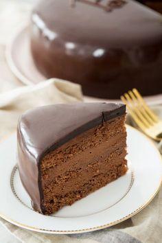 Presentear quem a gente ama é maravilhoso! Esse bolo/torta é feito com muito amor e chocolate em cada pedacinho, por isso o dedico à minha querida amiga Camila Costa, que conquistou uma vitória...