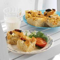 Focaccia er vi vant til å få servert i Italia. Et herlig lettsaltet brød med fetaost og soltørkede tomater, som smaker utmerket ferskt ved siden av salat og suppe. Soup Recipes, Tapas, Side Dishes, Grilling, Bread, Chicken, Baking, Food, Crickets