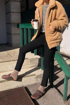 BIRKENSTOCK fall outfit inspiration clogs outfit winter BIRKENSTOCK Street Style outfit fall clog outfit fall winter clogs with socks Birkenstock Outfit, Clogs Outfit, Birkenstock With Socks, Outfit Jeans, Fall Winter Outfits, Summer Outfits, Cute Outfits, Capri Outfits, Simple Outfits