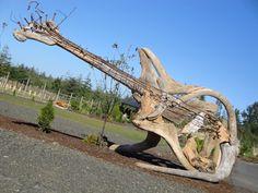 Jeffro Uitto est un artiste originaire des Etats-Unis qui redonne une seconde vie au bois trouvé un peu partout autour de lui. En effet, il réalise des meubles et des sculptures aux allures fantastiques et d'une grande noblesse. Laissez-vous séduire par cette série de ...