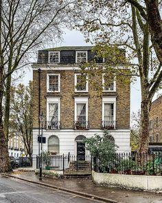 5 London Winter Walks You Should Take in the UK Capital This Season London Townhouse, London House, London Life, London Blog, London Winter, London Architecture, Architecture Design, English Architecture, Townhouse Exterior