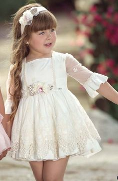 Vestido de Ceremonia para niñas 220V Girls White Dress, Dresses Kids Girl, Dresses For Teens, Kids Outfits, Flower Girl Dresses, Little Girl Fashion, Kids Fashion, American Doll Clothes, Kids Frocks