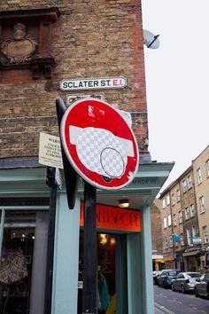 Adesivos gigantes que imitam a ferramenta de borracha do Photoshop são colados nas ruas de Londres:  http://followthecolours.com.br/art-attack/street-eraser-superficies-de-londres-sao-apagadas-com-photoshop/
