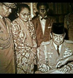 RAUT wajah Presiden Sukarno tampak menahan kesal teramat sangat. Sambil duduk, ia dihadapkan pada selembar kertas yang harus ditandatangani (Supersemar)