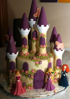 Cake-castle-in-the-Sleeping - cuisine - Gateau Fairy Castle Cake, Anniversaire Hello Kitty, Girl Birthday, Birthday Cake, Princess Theme Party, Gold Party, Creative Cakes, Cakes And More, Cake Designs