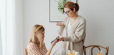 Mama narcisică este însăși sursa fricii pentru copilul său. În locul afecțiunii, acesta va fi expus la multă impredictibilitate, accese de furie cronică și încălcări șocante ale limitelor. Family Room Design, Family Photography, Daughter, Vintage, Parenting, Style, House, Fashion, Swag