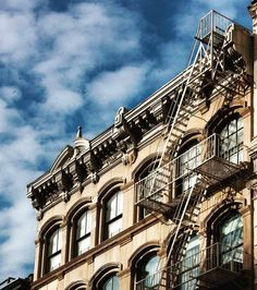 Sometimes you feel like being in a computer game when walking through New York  #nyc #Soho #architecture #Architektur #stairs #Windows #newyork #computergame #clouds #Wolken #Himmel #simplicity #USA #travelling #Reise #vacation  #Urlaub #travel by photopraline