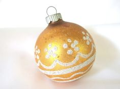 Fabulous vintage, golden Shiny Brite Christmas tree holiday ornament is decorated in a dot flower and scallop pattern with silver glitter. It is 2.25 inches (5.7 cm) in diameter. Top is marked Shiny Brite Made in U.S.A. Condition: glitter is thinning; vintage patina; scratches and scuffs. Check here for more Shiny Brite ornaments: http://www.etsy.com/shop/bythewaysidexmas?section_id=15786147 Thanks for looking! I am happy to answer questions! Jaci BythewaysideXmas.etsy.com Indiana sale...