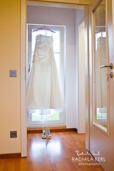nice picture of a white wedding dress with wedding shoes by © radmila kerl photography munich schönes weißes Hochzeitskleid