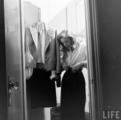"""""""Les designers vers lesquels j'ai gravité fabriquaient toujoursdes vêtements simples que vous portez, vous- et pas des vêtements qui vous portent.""""  Lauren Bacall"""