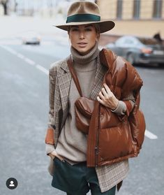 """The """"Fedora"""" looks chic & speaks of confidence! Winter Mode Outfits, Winter Outfits, Casual Outfits, Street Style Outfits, Looks Street Style, Look Fashion, Fashion Outfits, Womens Fashion, Fashion Tips"""
