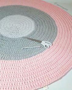 Tapete de 1,20m em tons de cinza e rosa! Bom dia! #crochê #croche #crochet #crochetaddict #handmadecroche #crochetrug #crocheting #handmade #crochetart #decoracao #decorhome #decorbaby #montessoriathome #tshirtyarn #decorations #montessorikids #trapilho #ganchillo #decoracaodeinteriores #tapetes #tapetespersonalizados #tapetescroche #tapetesdefiodemalha #decoration #decoraçaoinfantil #pontopetit #montessori #decoraçao #Decor
