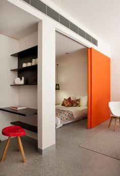 comment aménager une petite chambre avec lit cache derrière une porte coulissante orange