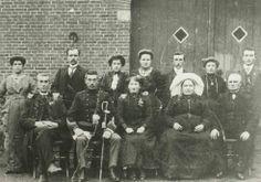 Groepsopname van de familie van Hassel uit wijk K15, Oud-Orthen. ca 1880 #NoordBrabant