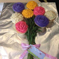 Όμορφο, πολύχρωμο μπουκέτο από cupcakes με βουτυρόκρεμα!