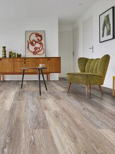 Pvc vloer, net echt hout | Bestel tot 6 GRATIS stalen op onze website handyfloor.nl | Pro Fix - Atlantic oak: Pvc click laminaat vloer (555) | Deze prachtige vloer kan toegepast worden in iedere woning. Door de natuurlijke look past deze in zowel een modern als een klassiek interieur. Kies bij deze vloer eens voor een jute of sisal tapijt voor een cosy sfeer. #pvcvloer #pvc #vloer #woonkamer #eiken #houtlook #hout #houten Flooring, Living Room, Interior, Home Decor, Decorating, Wood, Houses, Homes, Decor