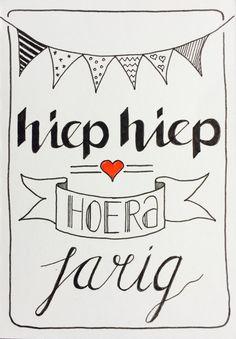Hiep hiep hoera jarig Handlettering Juvejo 20170212 Handlettering Happy Birthday, Happy Birthday Hand Lettering, Happy Birthday Tag, Birthday Cards, Hand Lettering Alphabet, Doodle Lettering, Creative Lettering, Brush Lettering, Handlettering For Beginners