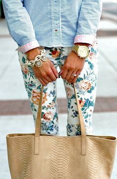 This is a beautiful pair of floral pants. Floral pants are an easy way to spice up your look and add a beautiful pattern to a neutral top. Estilo Fashion, Fashion Mode, Look Fashion, Womens Fashion, Fashion Trends, Fashion Shoes, Girl Fashion, Spring Summer Fashion, Spring Outfits