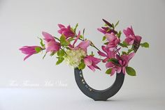 Embedded image Ikebana Arrangements, Floral Arrangements, Flower Arrangement, Arreglos Ikebana, Orchid Terrarium, Japanese Flowers, Arte Floral, All Flowers, Flower Designs