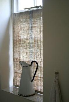 Quem me dera poder fazer cortinas assim para a casa toda: duas costuras, um esticador, camarões e já está. Fácil, barato, rápido. Infelizmen...