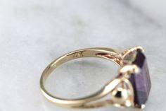 Este montaje de 1940 tiene un alejandrita precisamente corte, vintage, sintético con las horquillas de seguras en cada esquina. Alexandrite sintético es un monomando de gema, que las transiciones de un púrpura Regia a un hermoso verde azulado verde dependiendo de la iluminación de la joya. Este anillo en particular destaca gracias a lo femenino, de líneas curvas de los hombros a ambos lados de la joya, típica de la década de 1940 tiempo período.  Metal: 14K oro amarillo GEM: Alexandrite…