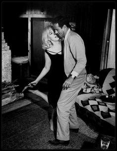 """1960 / Quand Roslyn (Marilyn), danse avec Guido (Eli WALLACH) sous l'oeil amusé de Gay (Clark GABLE), dans une des scènes du film """"The misfits""""."""