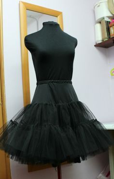 For now, the first thing I can show to you is another petticoat! this time a black one to match with a dress that I can´t show still.