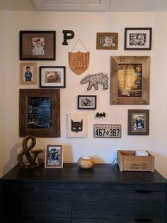Mur d'assemblage de cadres dans une chambre de garçons Assemblage, Gallery Wall, Frame, Home Decor, Frames, Wall, Picture Frame, Decoration Home, Room Decor