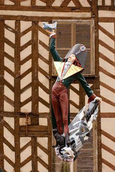 Estátua de Cadet Roussel - Auxerre, Borgonha, França  Cadet Rousselle ou Cadet Roussel é uma famosa canção popular francesa do século XVIII, zombando do personagem histórico do mesmo nome.  Esta canção zombando gentilmente do oficial de justiça da cidade de Auxerre, Guillaume Joseph Rousselle conhecido como Cadet Rousselle disse, está escrito em 1792, na canção de Jean de Nivelle, por Gaspard de Chenu,  autor notável de canções espirituais e satíricas.  A canção não parecia passar dos…