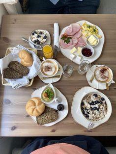 Wien hat einiges zu bieten für uns glutenfreien Esser und Zölis. Diesmal verrate ich dir die besten Lokale zum glutenfrei frühstücken in Wien. Wien glutenfrei! Lokal, Bagel, Camembert Cheese, Dairy, Food, Living Room, Gluten Free Foods, Piece Of Cakes, Gluten Free Breads