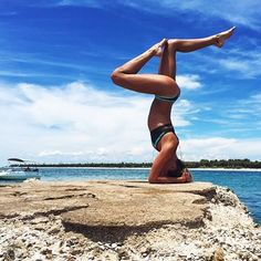 Stop putting energy into people, things, or situations that hold you back. Stay focused on the road ahead with a positive and open mind  @alettrich looks gorgeous inverted on this rock in supported headstand pose, or Salamba Sirsasana.  #myyogalife
